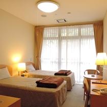 *洋室一例/明るくてシングルベッドが2台並んだお部屋です。