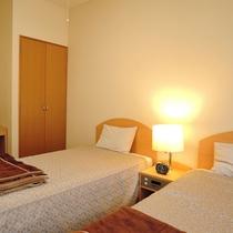 *洋室一例/旅の疲れをベッドでゆっくり癒してください。