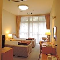 *洋室ツイン/シンプルながらも使い勝手の良いお部屋。一人旅利用も歓迎!