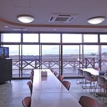 *レストラン/窓を多く使用し、眺望も楽しめるレストランです