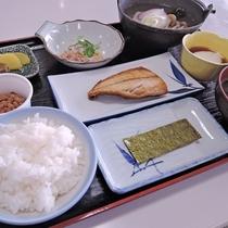 *朝食一例/焼き魚や温かい鍋物を中心とした和朝食。早い出発でも嬉しい午前7時00分からご用意可能