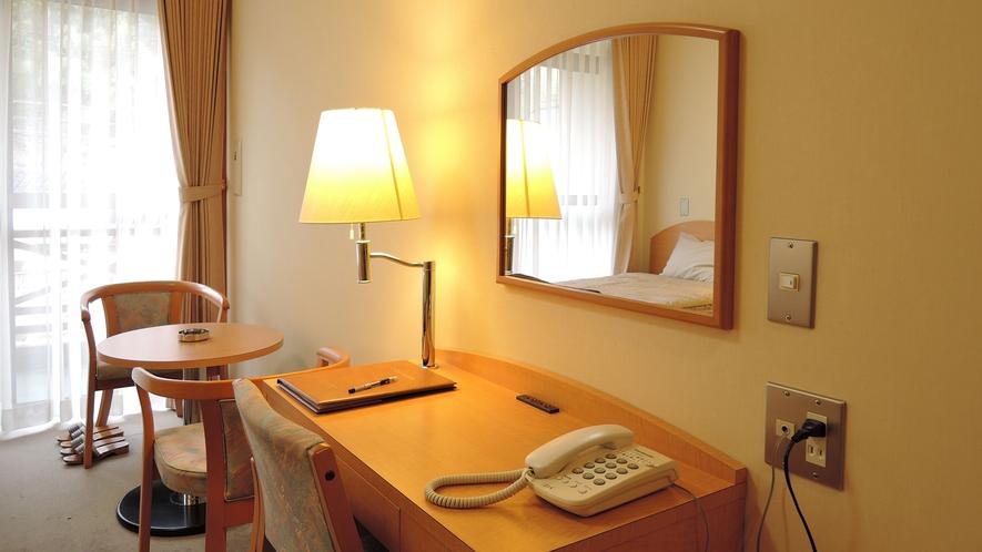 *洋室一例/お部屋にデスクをご用意しています。ビジネス利用にもオススメです。