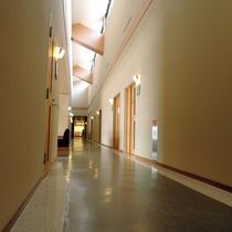*館内廊下/天井が高く広々とした館内です。