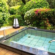 お庭を眺めながらかけ流しの温泉をお楽しみください