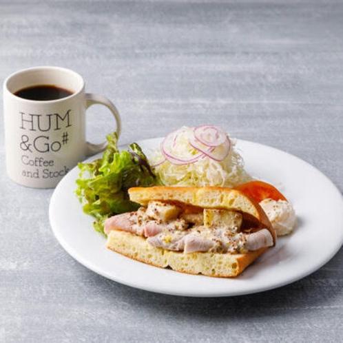 モーニングセット:自家製ハムとカマンベールチーズの フォカッチャサンド。