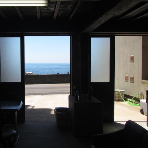 ダイビングの休憩所から海を眺める