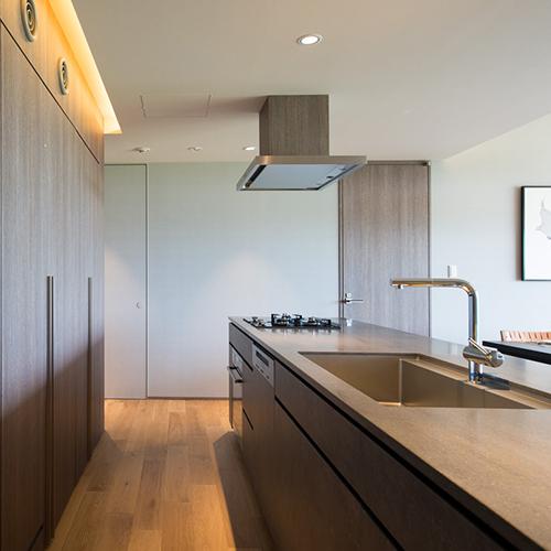 【3ベッドルーム】食器やグラス、冷蔵庫、食洗器、電子レンジ、ワインセラーもございます。