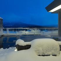 【ペントハウスB】北海道ならではの雪見風呂。天然温泉かけ流しの湯をお楽しみ下さい。