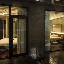 【レジデンスA】メイン・第2ベッドルームからもお庭に出られるドアがあります。