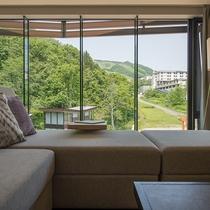 【3ベッドルーム リゾートビュー】リビングの窓一面に広がる緑が爽快です。