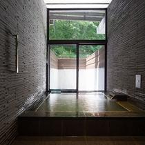 【レジデンスB】プライベート温泉を完備。天然温泉をかけ流しでお楽しみ下さい。