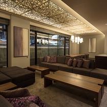 【レジデンスB】夜になると純和風デザインの天井と照明で落ち着いた雰囲気に。