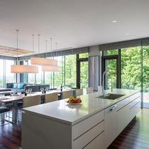 【ペントハウスB】食洗器やオーブンを内蔵したキッチンと、調理器具・食器など一通り揃えております。