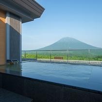 【ペントハウスA】客室露天風呂は自家源泉。羊蹄山を眺めながら至福のプライベートタイムを。
