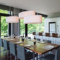 【ペントハウスB】テーブルセットとカウンター、この他にコーナーソファもございます。