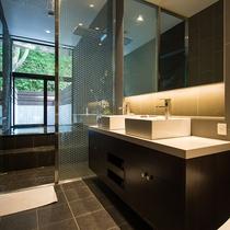 【レジデンスA】プライベート温泉はメインベッドルームに備えております。