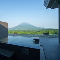 【ペントハウスB】自家源泉の温泉はニセコらしい柔らかな湯。最上階露天で贅沢な湯浴みを。