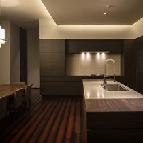 【レジデンスA】食洗器やオーブンレンジなど家電は全て収納型で、すっきりとしたキッチン。