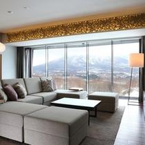 【3ベッドルーム 羊蹄ビュー】ソファは迫力の羊蹄山を眺める特等席。