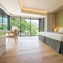 【3ベッドルーム リゾートビュー】メインベッドルーム。角部屋ならではの開放的な景観を楽しめます。