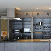 【3ベッドルーム】収納式キッチンには家電・食器・調理器具などを揃えております。