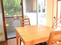 お部屋のテーブル