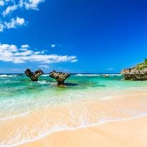 **ハートロックのあるティーヌ浜。「恋島」とも呼ばれる古宇利島で大切な人とステキな思い出を♪