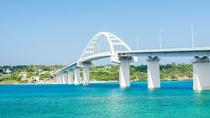 **全長約800mの瀬底大橋で絶景ドライブ!爽やかな風を感じながら歩いて渡っても◎