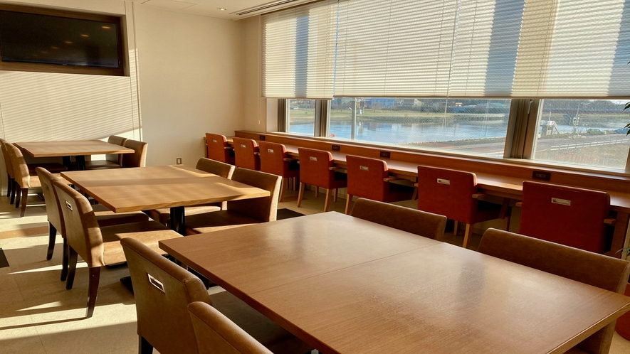 ◆2階朝食会場(内観イメージ)◆ ※窓側座席より網走川をご覧いただけます♪