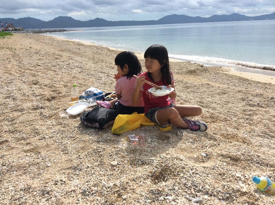 そけいの海で姉妹でお昼。静かな海でゆったりお弁当♪