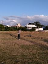 広い敷地でスポンジゴルフ体験可能