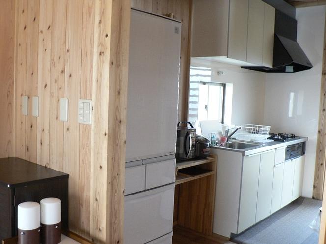 2棟 つかいやすい広めキッチン♪ 細かな調理器具もご準備してあります。