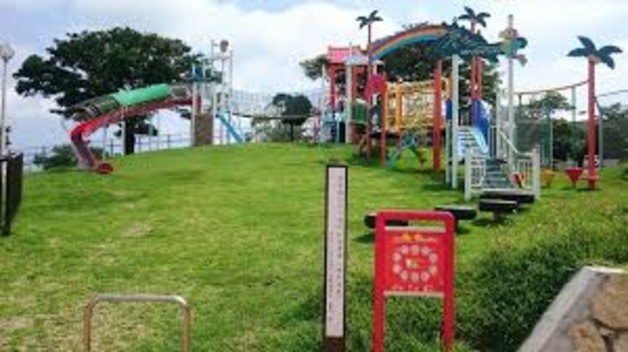 スナドゥンの隣は、子供たちが遊べる公園がありますよ。