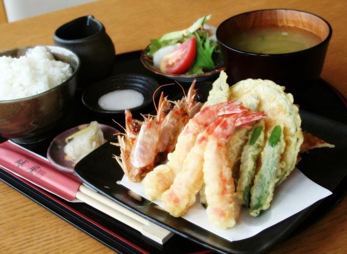 宜野座養殖場 お食事。海外からも人気のお食事場所。