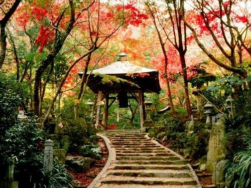 【三滝寺】弘法大師が梵字1字を石に刻み、岩の中に安置したのが三瀧観音堂だと言われております。