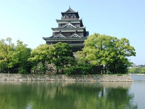 【広島城】市内中心部に位置してますので、市街地から徒歩でも行くことができます♪