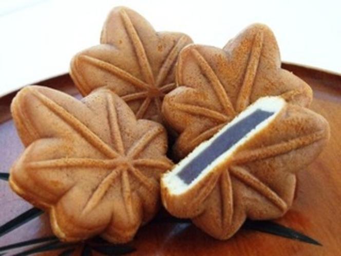 【もみじ饅頭】宮島の銘菓、もみじ饅頭は明治40年頃に旅館に納入する茶菓子として考案されました。