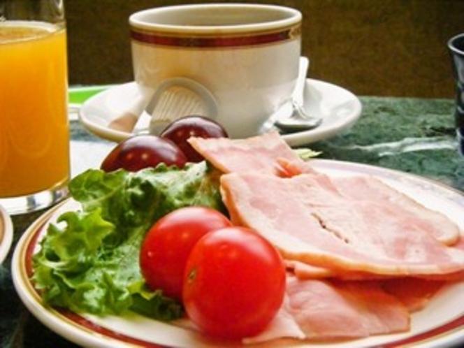 朝食 ベーコンとサラダ