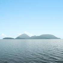 **洞爺湖に浮かぶ中島は特に湖を美しく眺められる場所として「洞爺湖八景」に選定されています