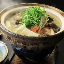 【夕食】自慢のしし鍋はゴボウからダシをとり、人吉の味噌で味付けしています。