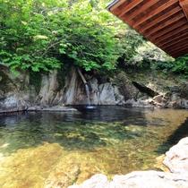 【温泉_男湯】自然の岩で作った大露天風呂です。