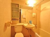 【客室】和室(定員2名様)ユニットバス。キレイな浴室で各アメニティも揃えております。