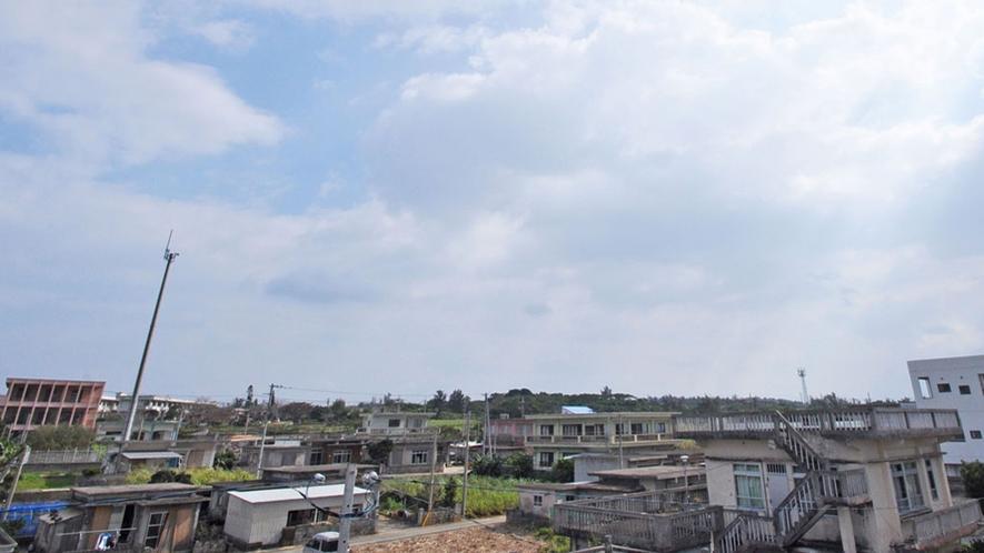 【館内】屋上からの景色。青い空がいっぱいに広がり吸い込まれそうな感覚になります♪