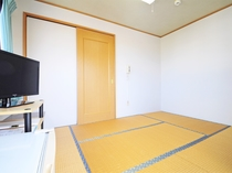 【客室】和室(定員2名様)。窓から光が差し込む明るいお部屋です。冷蔵庫・エアコン・TV完備。