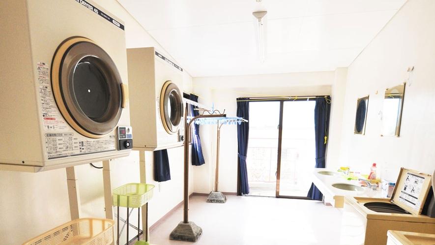 【館内】ランドリー室。洗濯機1回200円・乾燥機30分100円でご利用いただけます。