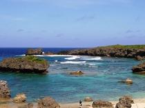 【周辺】中の島ビーチ。サンゴ礁が海岸のすぐ近くまであり様々なサンゴや魚を見ることができます。