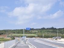 【周辺】伊良部大橋からの景色。橋を降りると緑豊かな自然が迎えてくれます。