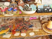 【館内】まるよしオリジナルのお土産です。かりゆしウェアのコースターなど、沖縄のお土産にいかがですか♪