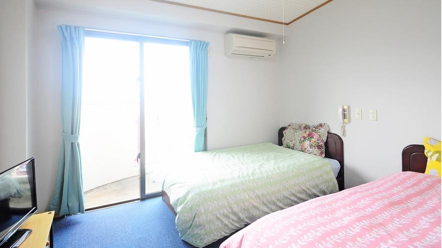 【客室】洋室ツイン(定員2名様)。明るいベッドのお部屋でごゆっくりと♪冷蔵庫・エアコン・TV完備。