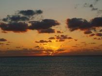 【周辺】下地島空港の夕日。いっぱいに広がる海に真っ赤な夕焼けが映えます。